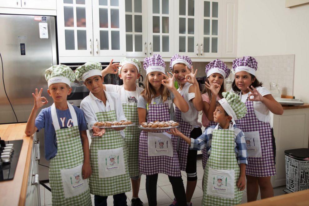 Serçe Kafesi Sağlıklı Beslenme Kulübü'nde mutfak eğitimi alan çocuklar hünerlerini sergiliyor.