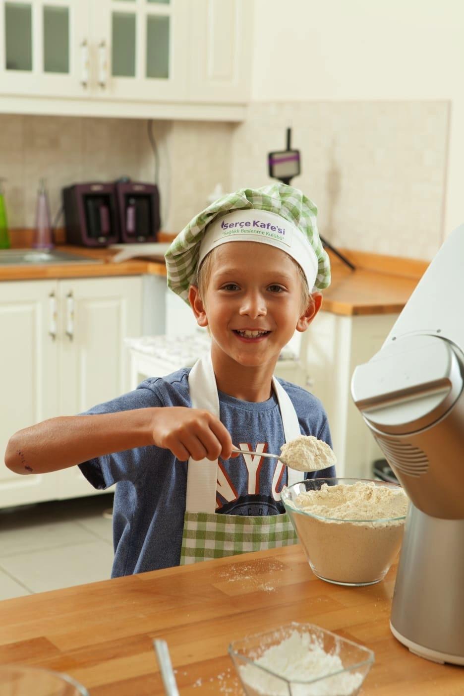 Serçe Kafesi Sağlıklı Beslenme Kulübü'nde mutfak eğitimleri neşeli geçiyor.