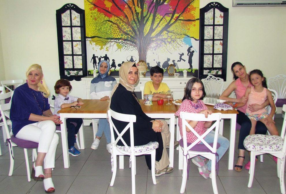 Çocuklar ve velileri Serçe Kafesi Sağlıklı Beslenme Kulübü'nde olmaktan çok mutlular.