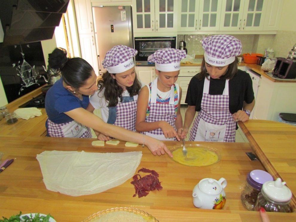 Ayşegül Kaya, geleceğin yetenekli ve bilinçli aşçılarını yetiştiriyor.