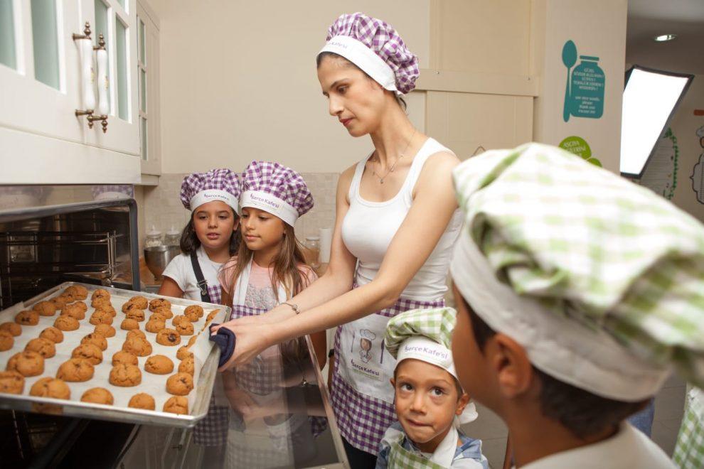 Ayşegül Kaya, mutfak eğitiminde öğrencileri ile.