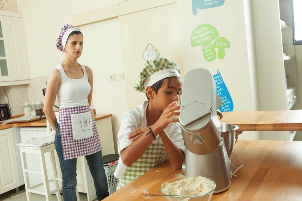 Çocuklar mutfak eğitimlerinde tecrübe kazanıyor.