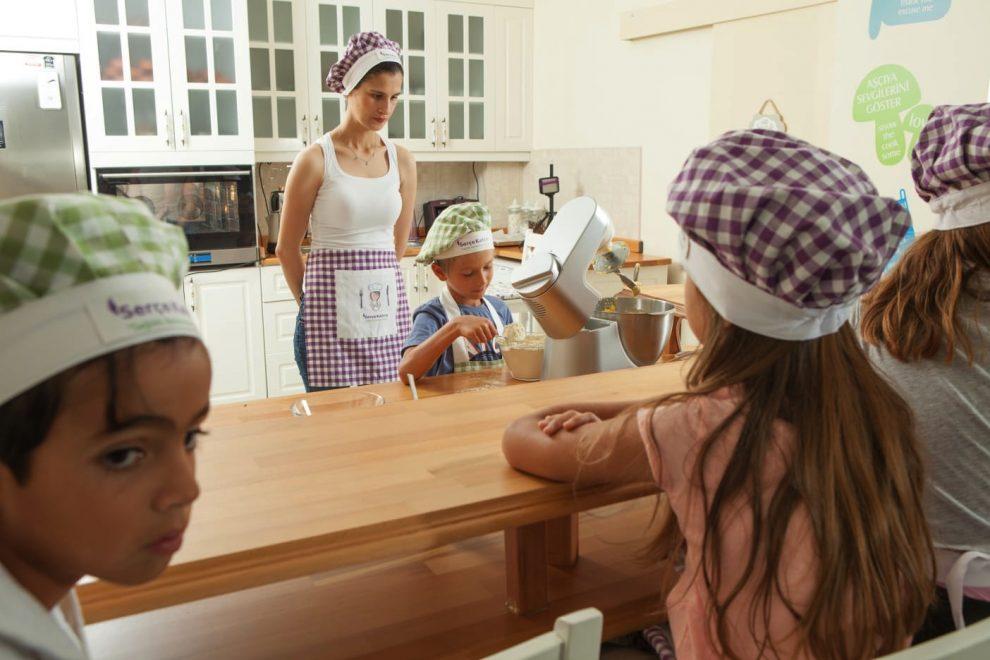 Serçe Kafesi Sağlıklı Beslenme Kulübü'nde mutfak eğitimi.