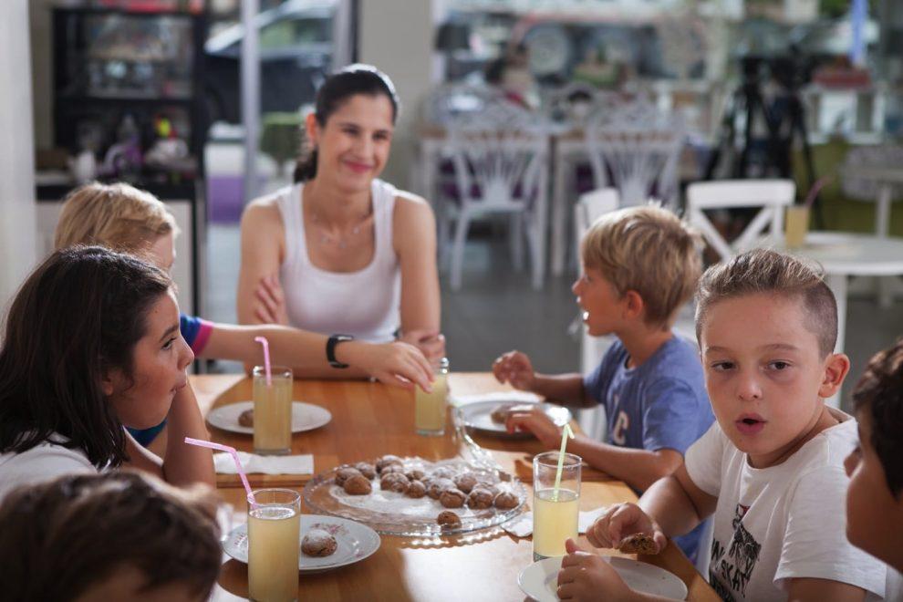 Bilinçli çocuklar Serçe Kafesi Sağlıklı Beslenme Kulübü'nde sağlıklı ürünlerle beslenmenin önemini kavrıyor.