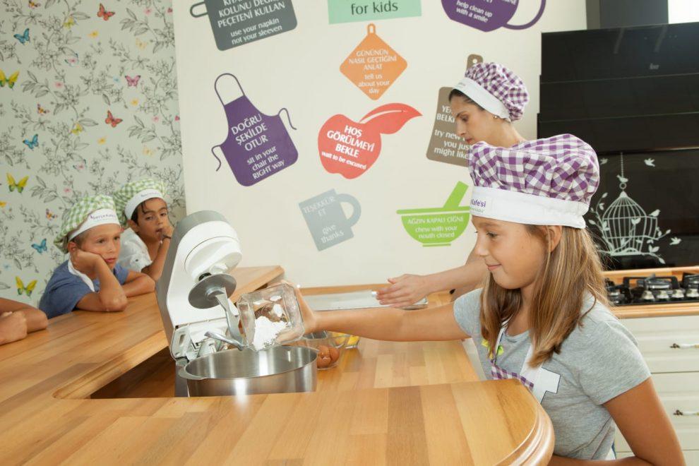Çocuklar mutfak kültürü, sofra düzeni ve sofra adabını öğreniyorlar.