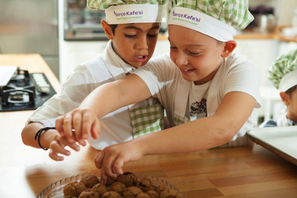 Serçe Kafesi Sağlıklı Beslenme Kulübü'nde çocukların yemek yapma heyecanı.