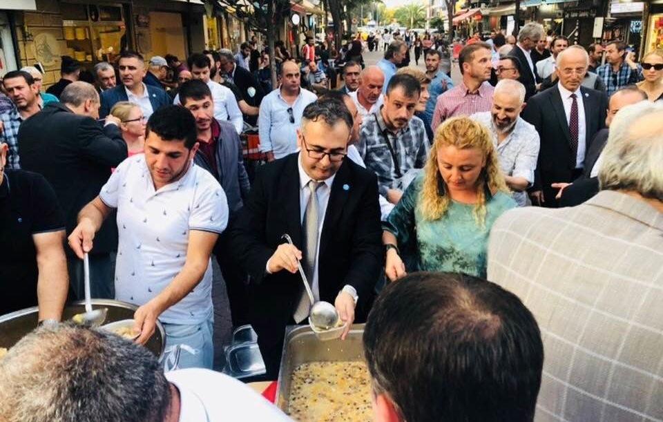 İYİ Parti İl Başkan yardımcısı Serdip Dokumacı kazana geçip vatandaşlara aşure dağıttı