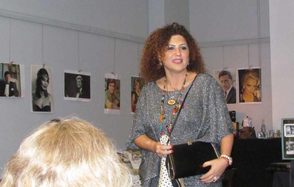 Zuhal Erol, 1985 yılından annesinden kalan çanta ve eşarbı gösterirken duygulandı...