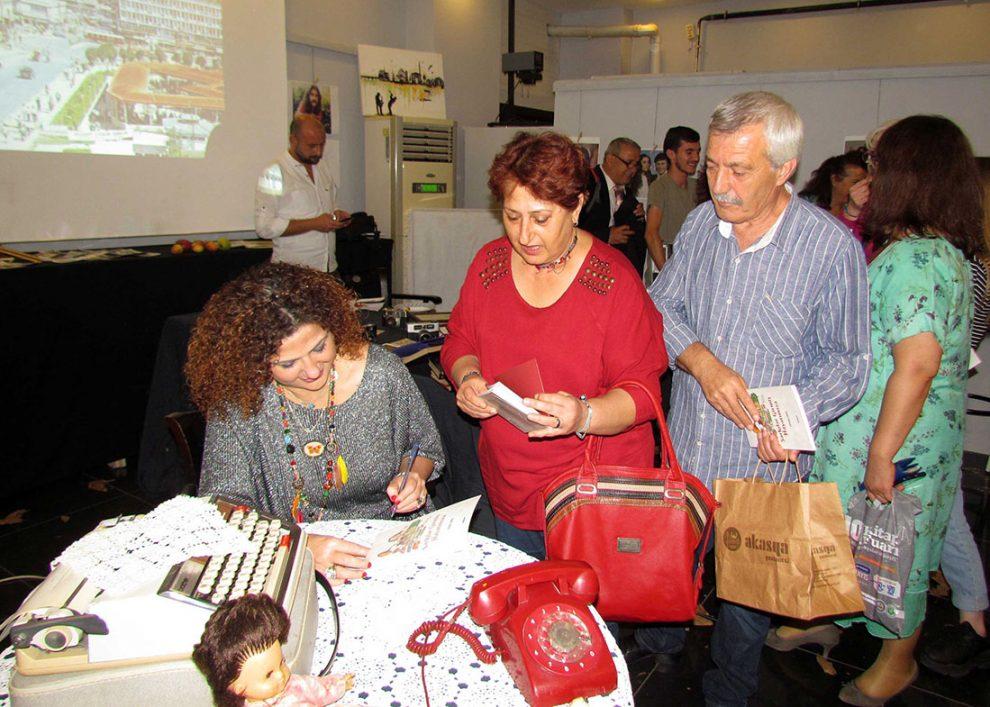 Zuhal Erol, etkinlik sonunda kitabını imzaladı