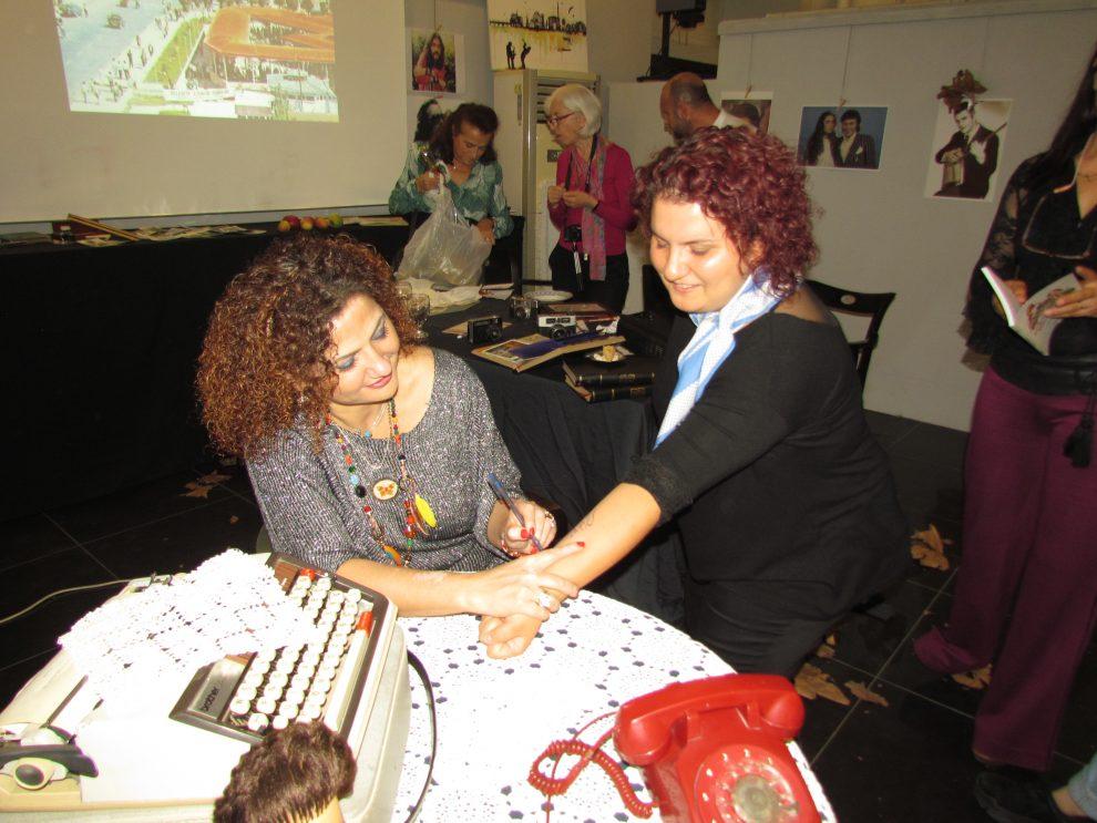 Öğrencisi Kadriye Odabaş, hocası Zuhal Erol'a günün anısına kolunu imzalattı