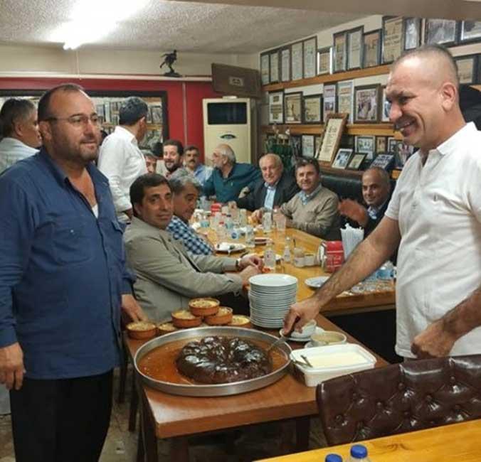 Mezunlar buluşmasında yenen yemeğin ardından meşhur kabak tatlısı ağızlarını ve sohbetlerini tatlandırdılar.